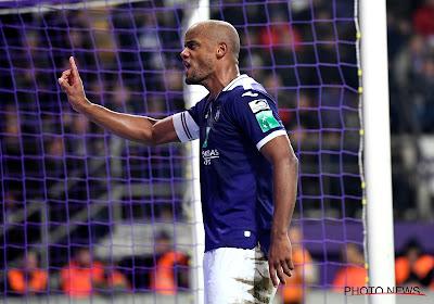 Charleroi klopt Anderlecht na penaltyfout van Kompany, zeges voor Antwerp en Moeskroen