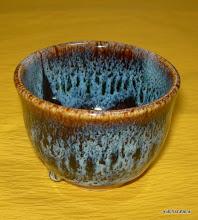 写真: 青海鼠ぐい呑み 沖縄特産のサトウキビ灰で海鼠釉を作り焼き上げました。 掲載作品のお問い合わせは ℡/FAX 098-973-6100でお願致します。