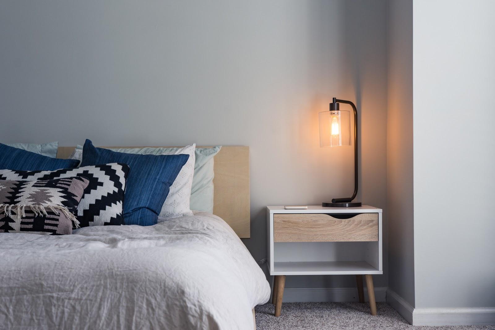Furnitur minimalis pada kamar sesuai dengan kebutuhan - source: unsplash.com