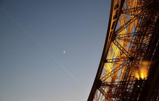 Falce di luna nel cielo di Parigi. (Tour Eiffel) di ire_good