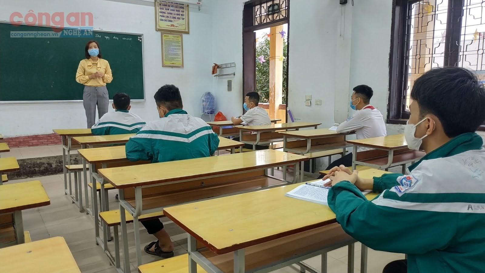 Việc phải dạy thêm tiết, thêm giờ khiến công tác giảng dạy của một số giáo viên quá tải