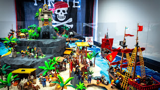 Diminutos visitantes Playmobil llenan el Aula del Mar en Roquetas