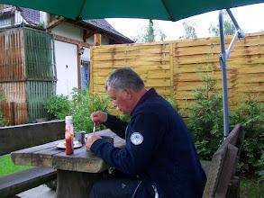 Photo: 8e Dag, donderdag 23 juli 2009 Erpfingen - Obersiggingen Aankomst: ca 16 uur Dag afstand: 98,2 km. Totaal gereden: 763 km. Op de camping in Erpfingen aan de maaltijd.
