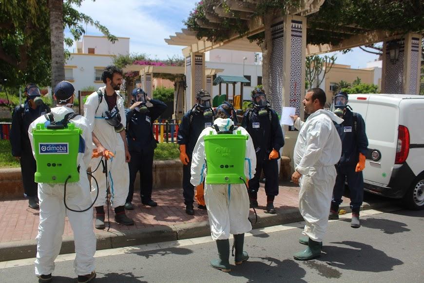Profesionales desinfectando la Plaza de España, de Ciudad Jardín.
