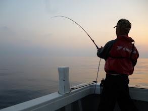 Photo: 4年に一度のキセキ!シケ男の馬場さんが乗船!ベタナギ!釣り座を決めるクジは1番クジ!そして、魚ヒット!