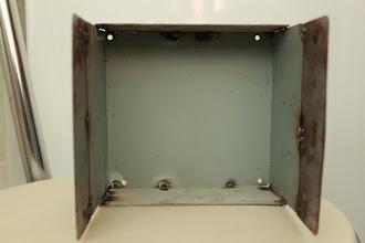 Photo: Visão interna da capa da fonte No fundo da capa protetora da fonte vou fixar a placa de componentes através dos dissipadores. Colocarei também a placa de leds.
