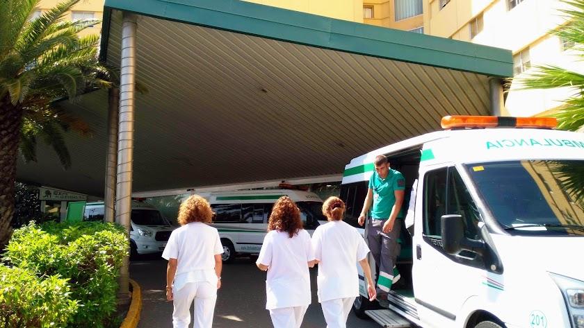 Profesionales sanitarios en la puerta del Hospital Torrecárdenas.