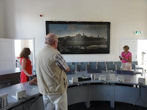 Photo: In de raadzaal van het stadhuis
