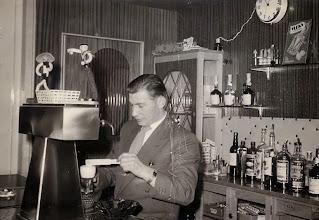 Photo: Jan Ratering achter de bar in zijn café