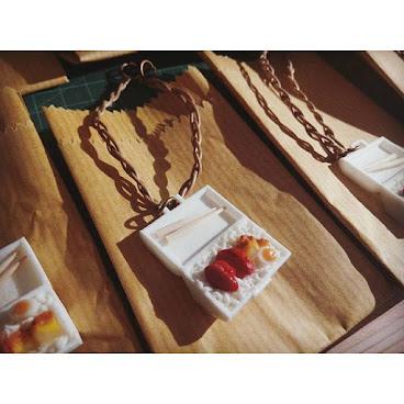 肥叉唔該!!!  材料豐富嘅燒味飯手鏈 製作過程: 全人手織手繩,捏製叉燒燒肉咸蛋和白飯。連個迷你飯盒都係自家繪圖設計,再用3D Printer一粒粒打印出來打磨。 $130(抵食就笑出來啦!) 將於本地某平台獨家發售!敬請留意十兄弟動向!  #燒味飯#迷你#香港設計 #香港文化 #香港手作#香港藝術#懷舊#handmadehk#diyhk#ighk#igers
