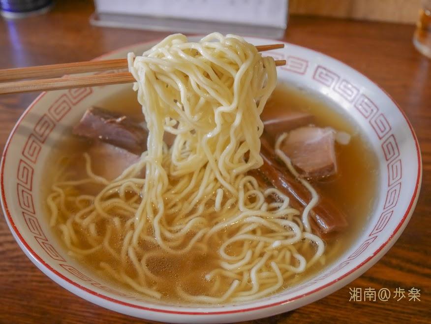 麺は地元の邦栄堂製麺の中細ウェーブ麺