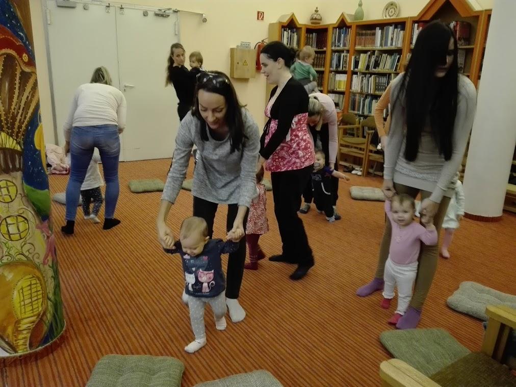 Anyuka gyermekével a könyvtárban
