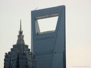Photo: CHINE-La tour Jin Mao et la tour du Centre Mondial des Finances de Shanghai. Elle est haute de 492m