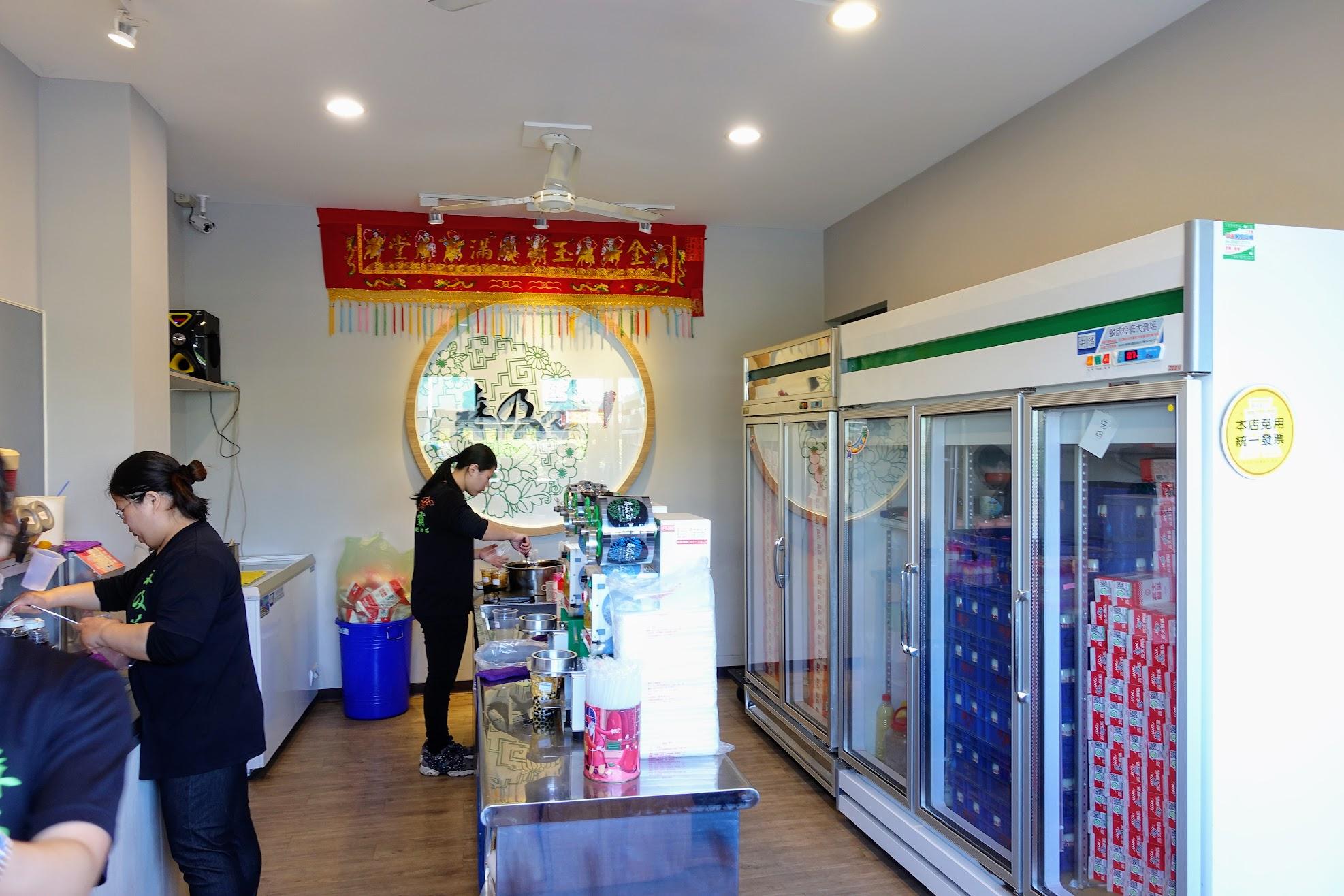 店內正在製作珍珠波霸鮮奶啊! 冰箱內則是滿滿的高大鮮奶XD
