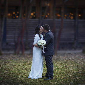 A Dreamy Wedding Kiss by Kiril Krastev - People Couples ( canon, kiss, dreamy, wedding, dof, sofia, bulgaria )