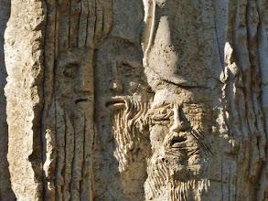 Photo: Berg Nebo: Detail aus der Stele zum Gedenken an den Besuch von Papst Johannes Paul II. im Jahre 2009.