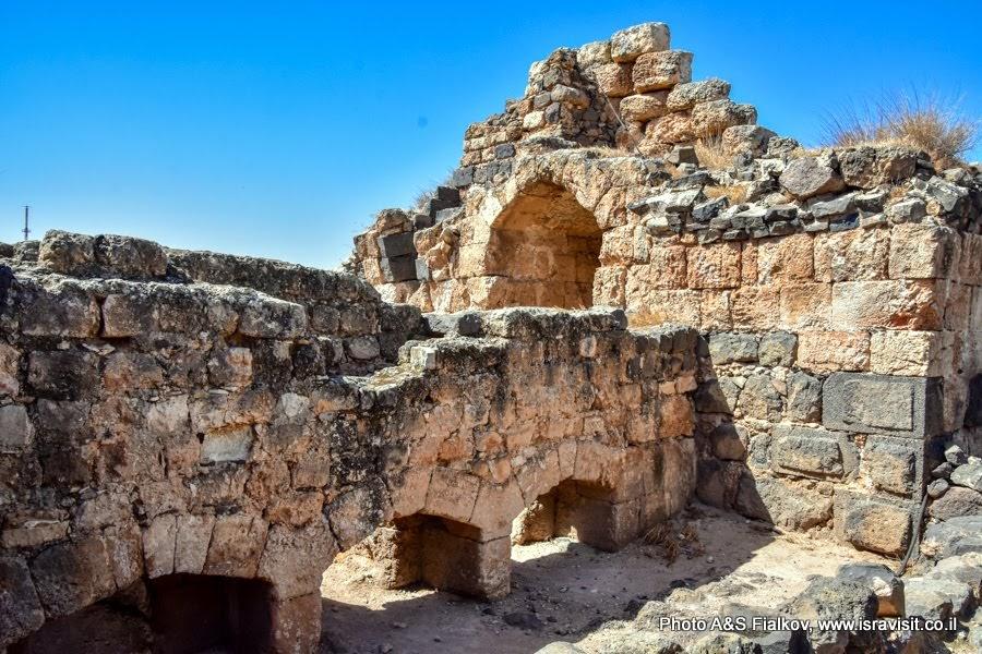 Руины цитадели крепости крестоносцев ордена госпитальеров Бельвуар или Кохав Ха-Ярден. Экскурсия в Израиле.