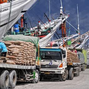 The bustle in the seaport by Basuki Mangkusudharma - Transportation Boats ( seaport, indonesia, bustle, sunda kelapa )