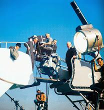 """Photo: Hitchcock filmando a chegada de Paul Newman a Berlim Oriental em """"Cortina Rasgada""""."""
