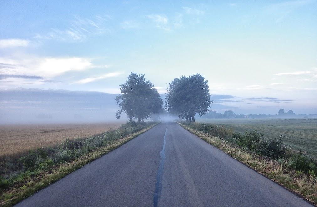до кордону пару км, дорога