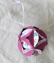 Photo: Glob origami carton de culoare grena şi alb cu floricele, piese standardizate, agăţătoare din panglica albă cu buline roşii Dimensiuni 9,5 cm x 9,5 cm realizat de Maia Martin Se poate folosi la decorarea casei de sărbători,  la decorarea bradului de Crăciun, ca mărturii nuntă, mărturii botez  Preţ: 8 lei  http://dekoratiuni.blogspot.ro/2014/04/glob-origami.html
