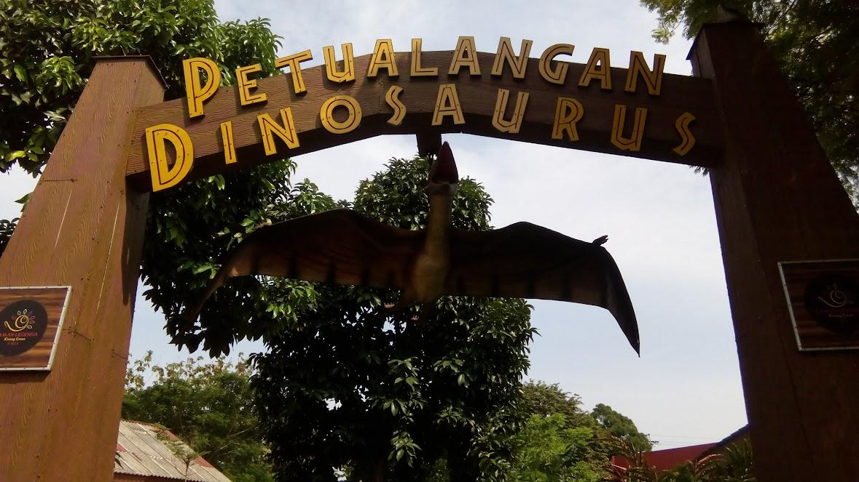 Gerbang masuk wahana Petualangan Dinosaurus Di Taman Legenda TMII
