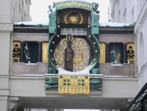 Photo: Die Ankeruhr bestreut mit Schnee, gilt als eines der herausragendsten Werke des Jugendstils. Sie ist ein Tribut an berühmte Persönlichkeiten der Wiener Geschichte. Es ist am Hohen Markt in der Altstadt Wiens, in der Nähe, wo er derzeit Römermuseum. Ankeruhr Clock is snow-covered. Constructed by Franz von Matsch in 1911, the Ankeruhr clock is a tribute to important figures of Vienna history. Near the clock, at Vienna's Hohen Markt is the Roman Museum. Zegar Ankeruhr przyprószony śniegiem, jest jednym z najwybitniejszych dzieł secesji. Poruszające się figury, przedstawiają sławne postacie z historii Wiednia. W pobliżu zegara, który jest łącznikiem między dwoma budynkami przy ulicy Hohen Markt, znajduje się muzeum rzymskiego miasta Vindobona.