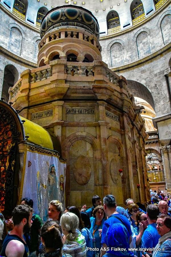 Ротонда Храма Гроба Господня. Кувуклия – Гроб Господень.  Слева коптский придел. На экскурсии в Иерусалиме с гидом Светланой Фиалковой.