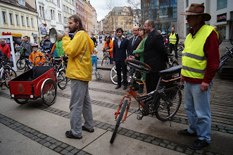 Photo: Na cyklojízdu se přijel podívat i Láďa Galas se svým nepřehlédnutelným kolem s volantem. (www.galas.borec.cz)  Autor: Jiří Blecha