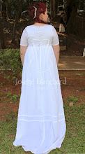 Photo: Vestido Império em cambraia branca com mangas curtas e calda. A partir de R$ 200,00.
