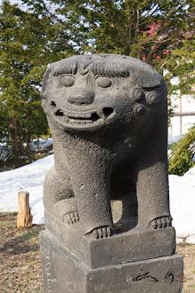 にぱ〜と笑う雌狛犬