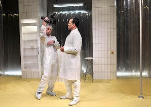 """Photo: WIEN/ BURGTHEATER/ Vestibül: """" Am Beispiel der Butter"""" von Ferdinand Schmalz. Inszenierung: Alexander Wiegold. Peter Knaack, Michael Masula. Foto: Barbara Zeininger"""