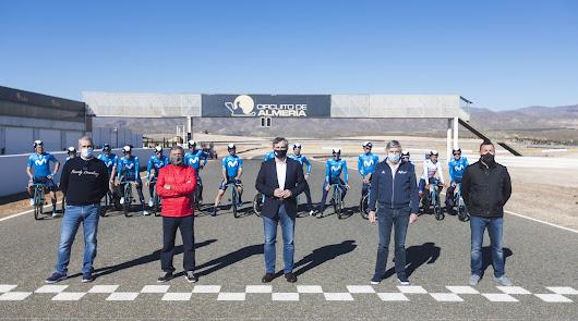 Movistar Team se 'alía' con el clima y las carreteras de 'Costa de Almería'