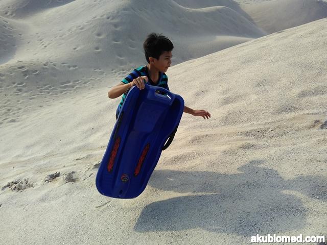 abang long panjat bukit sambil membawa sandboarding