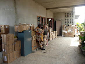Photo: Samedi 24 chez Marcel, où une partie des cartons et matériel du container de décembre sont entreposés, en attente d'enlèvement.