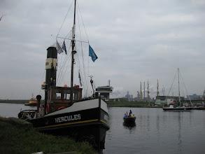 Photo: Even afgemeerd voor de sluizen bij IJmuiden