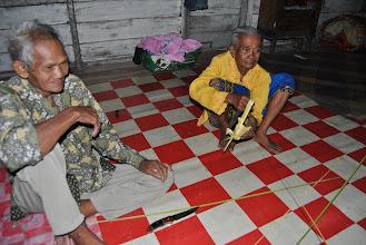Photo: i vecchini al villaggio di Harapan