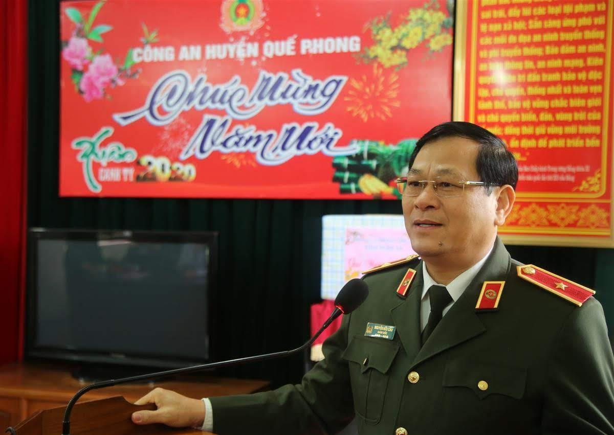 Đồng chí Thiếu tướng Nguyễn Hữu Cầu, Giám đốc Công an tỉnh phát biểu, chúc Tết CBCS Công an huyện Quế Phong