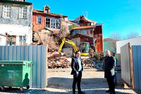 Casas em ruína no Largo dos Bancos demolidas