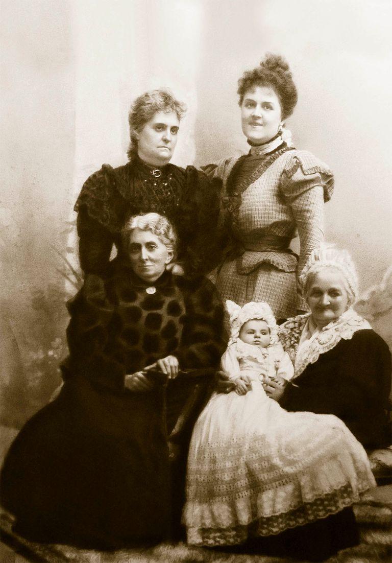 María Varela de Beccar, rodeada por su mamá Justa Cané (viuda de Florencio Varela) y su descendencia