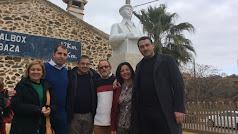 Concejales y el alcalde, Luis Díaz, junto al autor. Al fondo, la obra.