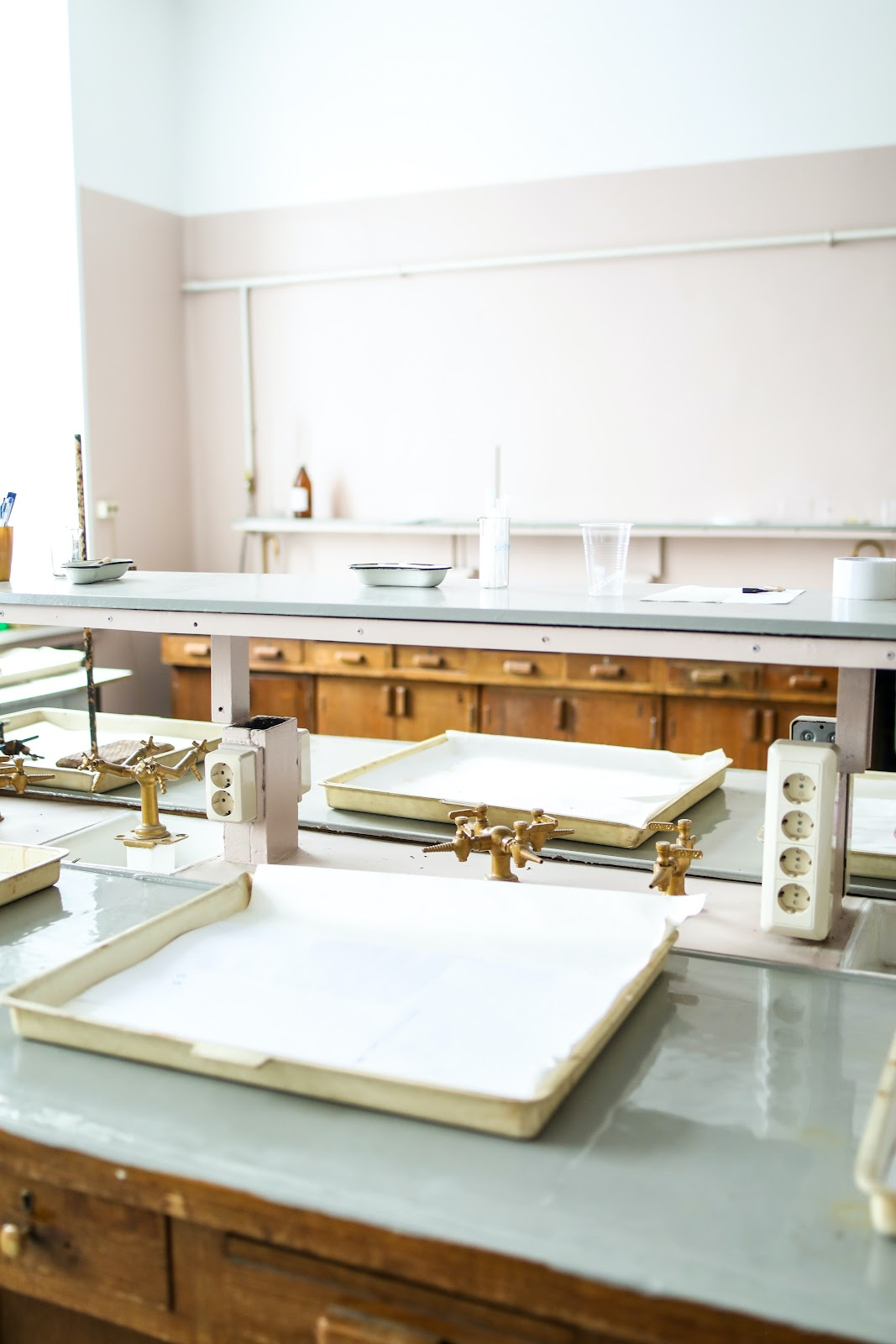 An empty <mark><mark><mark>STEM classroom</mark></mark></mark> is set up with trays, gas burners and outlets.