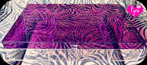Photo: Caixa modelo A-01. Tampa Alta cor uva (translúcido), base cristal. Dimensões: 47 cm de comprimento x 30 cm de largura x 9 cm de altura. 7 divisórias tamanhos variados.  Solte sua imaginação: esta peça é somente referência e pode ser totalmente personalizada para você! *valores sofrem alterações, faça seu orçamento: Acrilico.LB@Gmail.com*