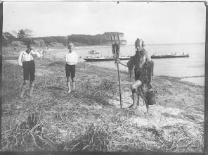 Photo: 1929 Selveste Kong Neptun ankommer til Sønderborg Roklub for at døbe de mange nye kaniner. Han er alene om dåbsakten.