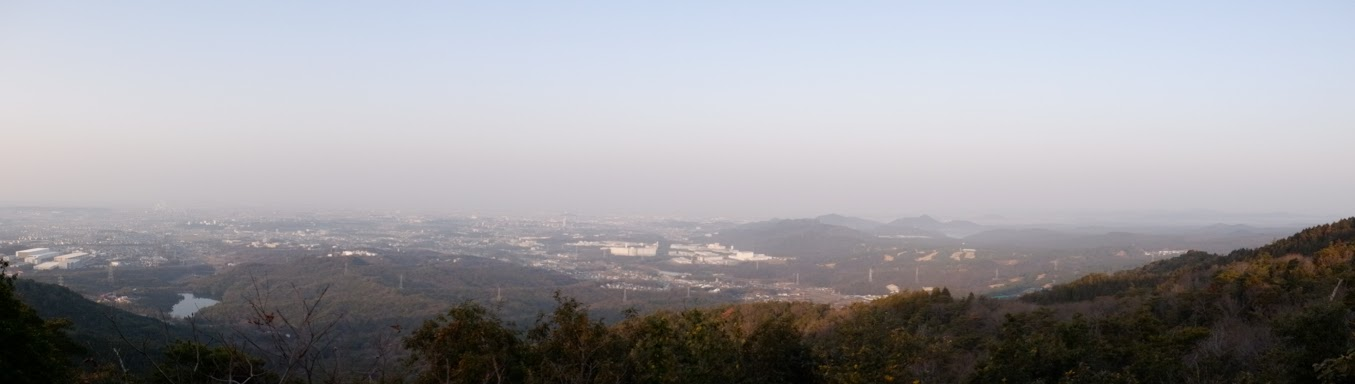 弥勒山からパノラマ(霞でよく見えず…)