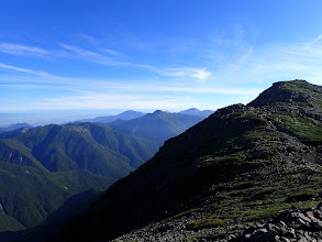右に中岳と左に間ノ岳・塩見岳・仙丈ヶ岳など
