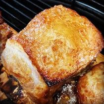 定番のウデ肉を、無添加麹味噌をベースにした味噌ダレに付け込んでから杉焼きしました。麹の作用で、更にやわらかく焼き上がっています。香ばしく焼けた味噌の香りと杉の薫りが好相性の一品です。