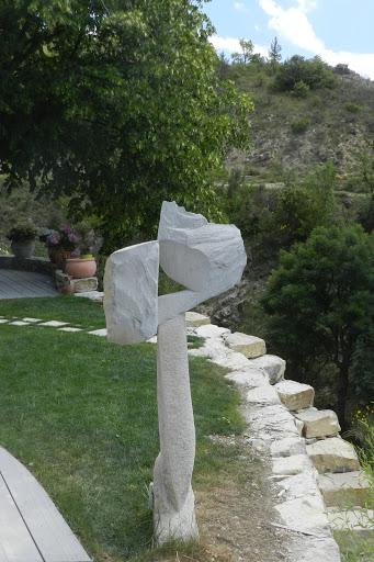 Sculpture contemporaine en pierre et escalier en pierre sèche