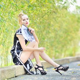Fashion(23) by 敬昕 涂 - People Portraits of Women ( bamboo, 敬昕涂, sheri, fan, green, beauty, road, bokeh, 涂敬昕, high heels, sit )