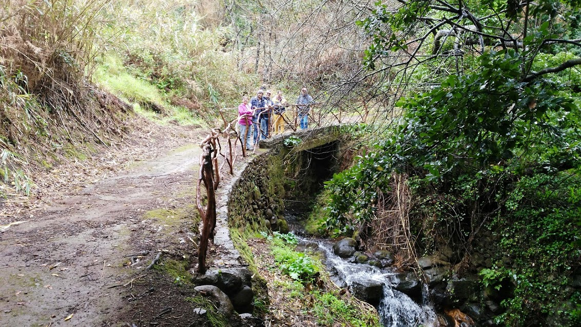 wandelen meet vrienden over de oude voetweg van Fajã da Ovelha naar Maloeira